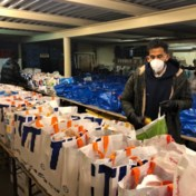 Voetballer Faris Haroun deelt voedselpakketten uit aan daklozen