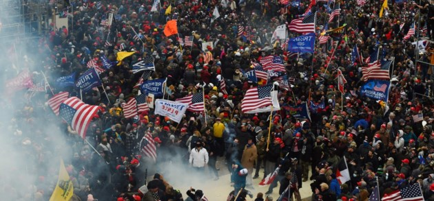 In beeld | Betogers raken tot diep in Capitool en nemen kantoor Pelosi in