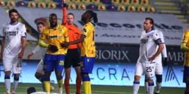 STVV-aanvaller Duckens Nazon riskeert twee speeldagen schorsing voor duw aan Kossounou (Club Brugge)