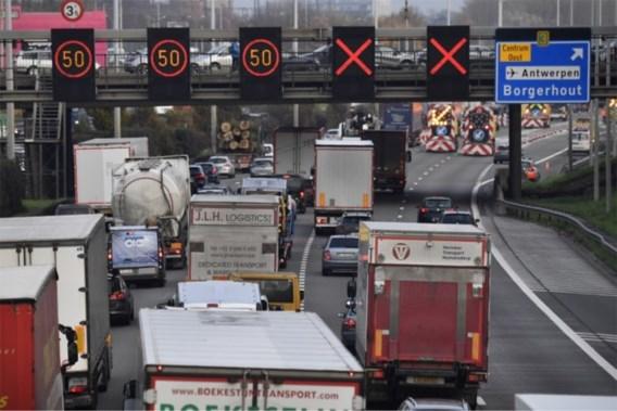 Ruim anderhalf uur file voor Kennedytunnel door schade aan wegdek