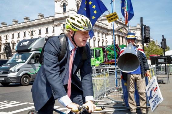 Boris Johnson fietst zich in de problemen