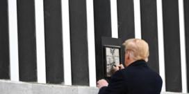 Trump zet verwezenlijkingen in de verf met handtekening op grensmuur