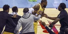 """LeBron James doet """"the Curry no-look three"""" tegen Houston Rockets, James Harden heeft er genoeg van"""