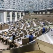 Live | Debat in Vlaams Parlement over terugdraaiende tellers voor eigenaars zonnepanelen