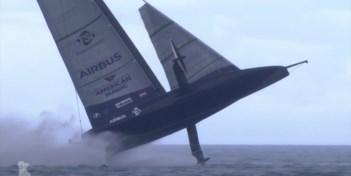 Zeilboot gaat de lucht in bij spectaculaire crash