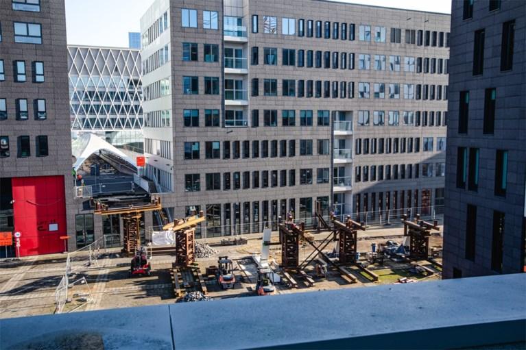 Fietshelling naar Parkbrug over Antwerpse Leien geplaatst