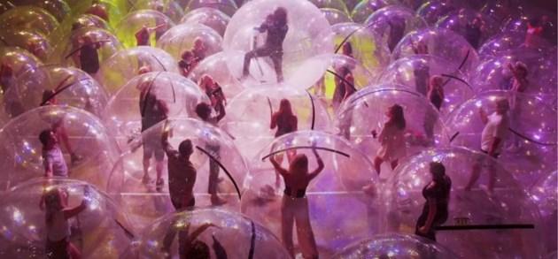 Rockband steekt publiek in opblaasballen om toch te blijven optreden