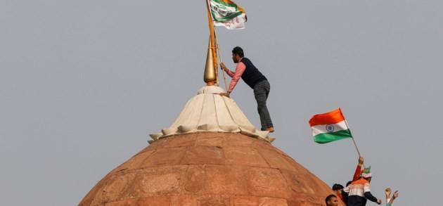 Indiërs nemen historische 'Red Fort' in tijdens boerenprotest in New Delhi