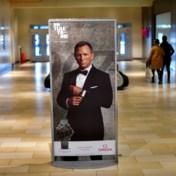 James Bond poseert met overjaarse producten