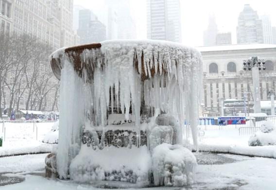Openbaar leven stilgevallen en vaccinaties uitgesteld door zware sneeuwstorm in New York