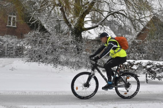 Fietspaden sneeuwvrij krijgen is 'uitdaging': 'Automobilisten moeten daar rekening mee houden'