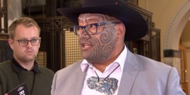 Maori-parlementslid haalt slag thuis en mag zonder das terugkeren