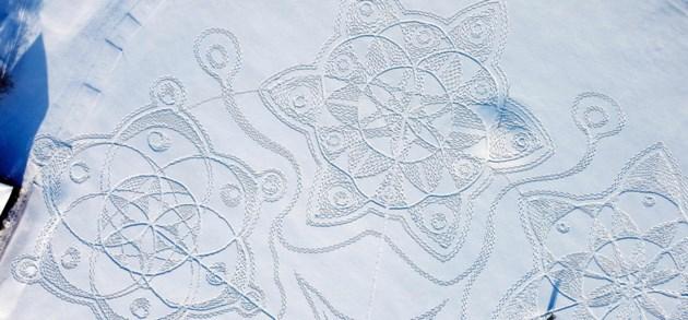 Gigantische geometrische sneeuwtekening in Finland