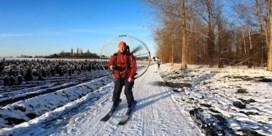 Skiërs stuiven door Lede met paramotor op de rug: 'Snelheden tot wel 70 km/uur'
