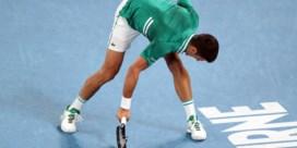 Novak Djokovic schakelt Zverev uit op weg naar halve finales (en mept onderweg raket stuk)