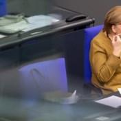 Een verstrooid moment: Merkel schrikt wanneer ze mondmasker vergeet