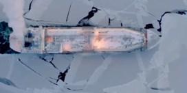 Commercieel schip vaart voor het eerst door Noordelijke IJszee tijdens winter