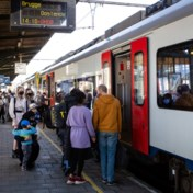 Opnieuw druk op treinen naar kust, Decaluwé dreigt met sluiting stations