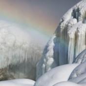 Bezoekers van Niagarawatervallen worden getrakteerd op ijsspektakel