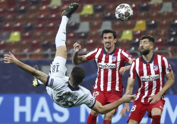 Olivier Giroud redt met prachtige omhaal saaie match en zet Chelsea op weg naar kwartfinale ten koste van Atlético Madrid