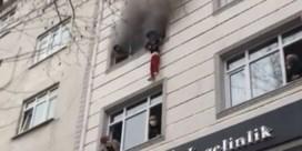 Moeder gooit kinderen uit het raam om ze uit brandend appartement te redden