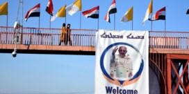 Moedige paus trekt Iraaks mijnenveld in