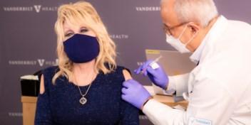 Dolly Parton zingt 'Vaccine, vaccine' bij inenting