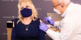 Dolly Parton zingt 'Vaccine, vaccine' bij inenting met Moderna-vaccin