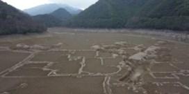 Droogte legt historische nederzetting in rivierbedding bloot