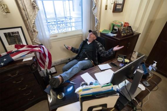 Man die voeten op bureau Pelosi legde tijdens bestorming Capitool, heeft driftbui in rechtbank