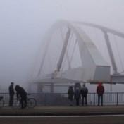 Langste stalen boogbrug over Albertkanaal onthuld in de mist