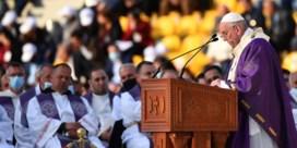 Paus Franciscus viert mis met duizenden gelovigen in Irak ondanks corona