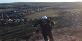 Waalse studenten skiën van steenberg in Charleroi