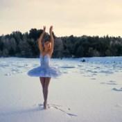 Ballerina danst Zwanenmeer bij min 15 graden om echte zwanen te redden