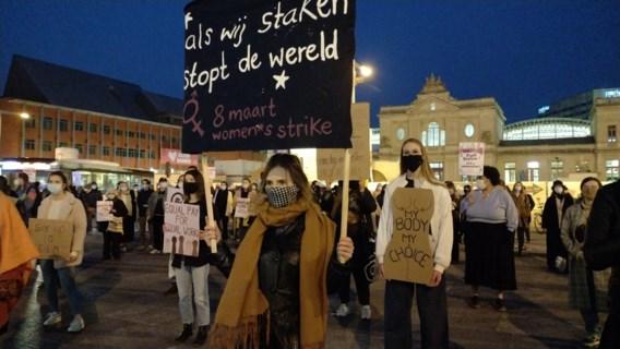 Standbeelden met schorten en een statische betoging in Leuven voor Vrouwendag