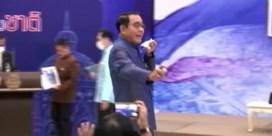 Thaise premier besproeit pers met alcoholspray na vervelende vraag