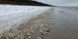 Enorme ijsbollen spoelen aan op strand in Letland