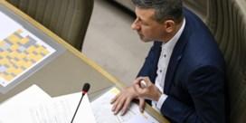 Vlaams Belang gaat door het stof na voordracht van homofobe oud-scenarist, maar houdt hem wel op post