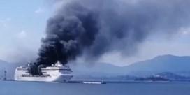 Cruiseschip vat vuur voor kust van Korfoe