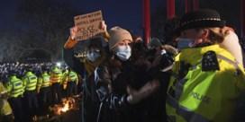 Politie krijgt kritiek voor hardhandige aanpak wake Sarah Everard: 'Schrijnende beelden'