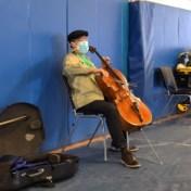 Wereldberoemde cellist verrast met concert bij vaccinatiecentrum