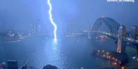 Bewakingscamera filmt hoe bliksem inslaat in haven Sydney
