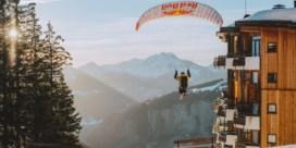 Franse speedrider verbaast met adembenemde stunts in verlaten skiresort
