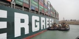 Verkeer op Suezkanaal tijdelijk opgeschort: 'Vlottrekken containerschip kan dagen tot weken duren'