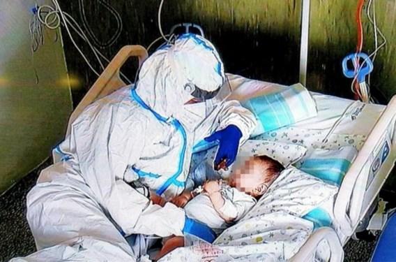 De verpleegster en het kind: ontroerende foto uit Italië gaat viraal