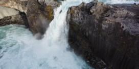Kajakster deinst niet terug voor waterval van twintig meter hoog