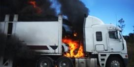 Brandende vrachtwagen verspert E40 richting kust in Nevele