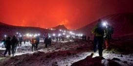 Uitbarstende vulkaan lokt massa enthousiaste IJslanders