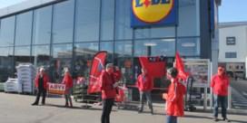 Stakers sluiten Lidl terwijl er al klanten aan het winkelen zijn