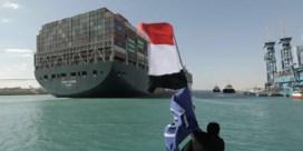 Schepen toeteren en juichen Ever Given toe na bevrijding uit Suezkanaal